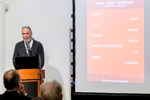 Matthias Kutsch stellt bei der Eröffnung der neuen Museumseinheit den Medienguide vor. Foto: Uwe Niklas