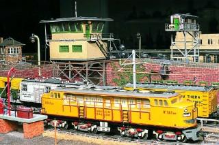 """Die Lok, eine Fairbanks Morse """"Double Nose"""" X161 der Union Pacific, ist ein vollständiger Eigenbau aus Sperrholz. Dahinter steht das Stellwerk von Omaha/Nebraska."""