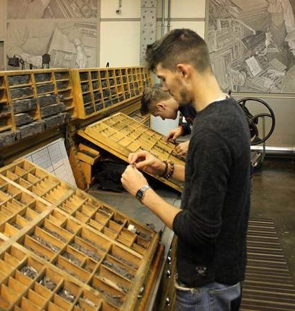 Druckzeilen von Hand setzen erfordert Übung. Foto: Ernst Sommerfeld