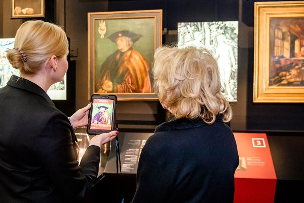 Per Tablet bekommen die Besucher zusätzliche Informationen zur Nürnberger Geschichte. Foto: Uwe Niklas