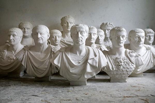 Die zwölf neuen Kaiserbüsten für den Hirsvogelsaal von Anke Oltscher und Olaf Bieber: Von Caesar bis Domitian, 2009. Foto: Stephan B. Minx